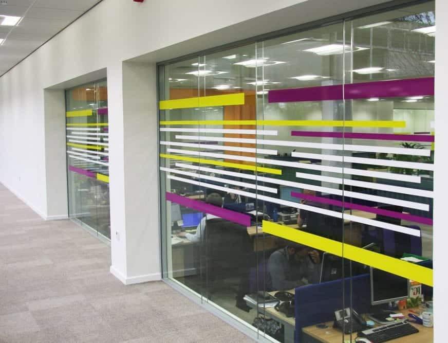 Sérigraphie et vitrophanie pour décorer les cloisons en verre - Services de design d'intérieur