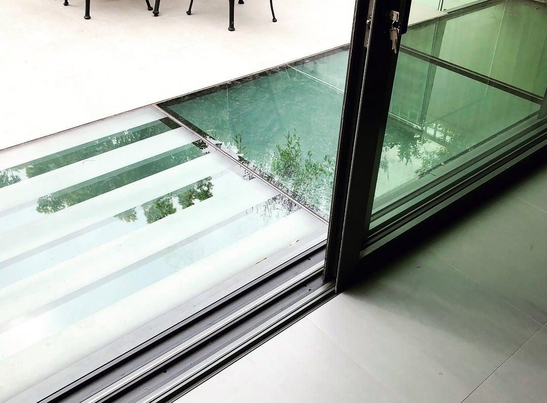 Dalles en verre pour plancher créant un puit de lumière du jour