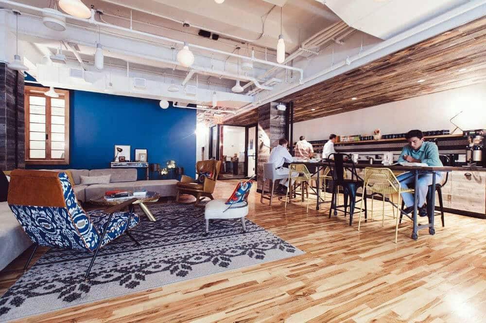 Une pièce mixte pour réunions et cafétéria dans un centre de coworking - Services de design d'intérieur Kytom