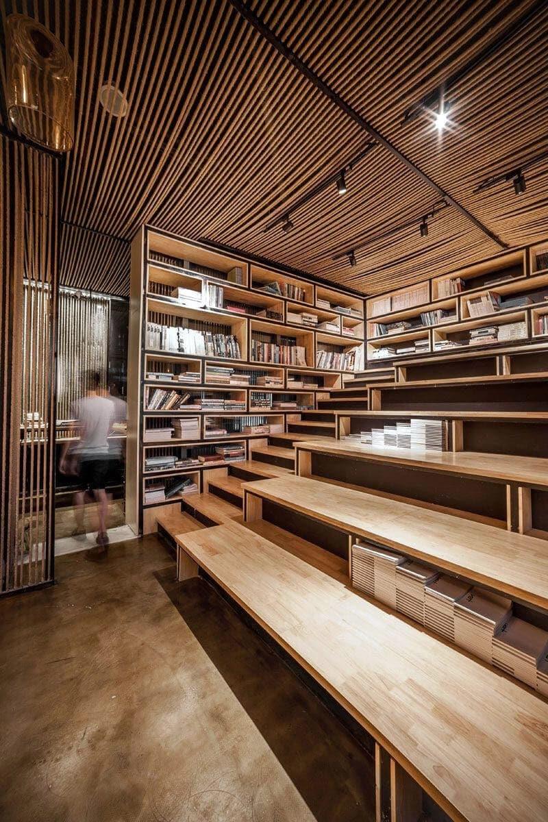 Aménagement de bureaux avec une estrade et une bibliothèque en bois