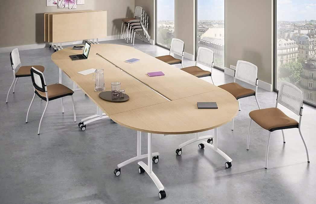 Tables modulables et chaise de bureau pour salle de réunion reconfigurable