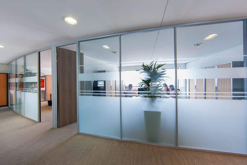 cloison sablée pour création de bureaux confidentiels