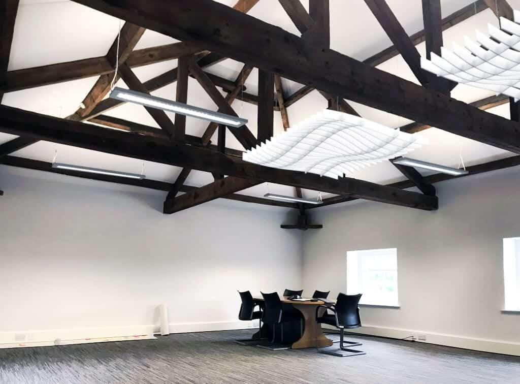 Modules d'absorption phonique pour grande salle de réunion - Services de design d'intérieur