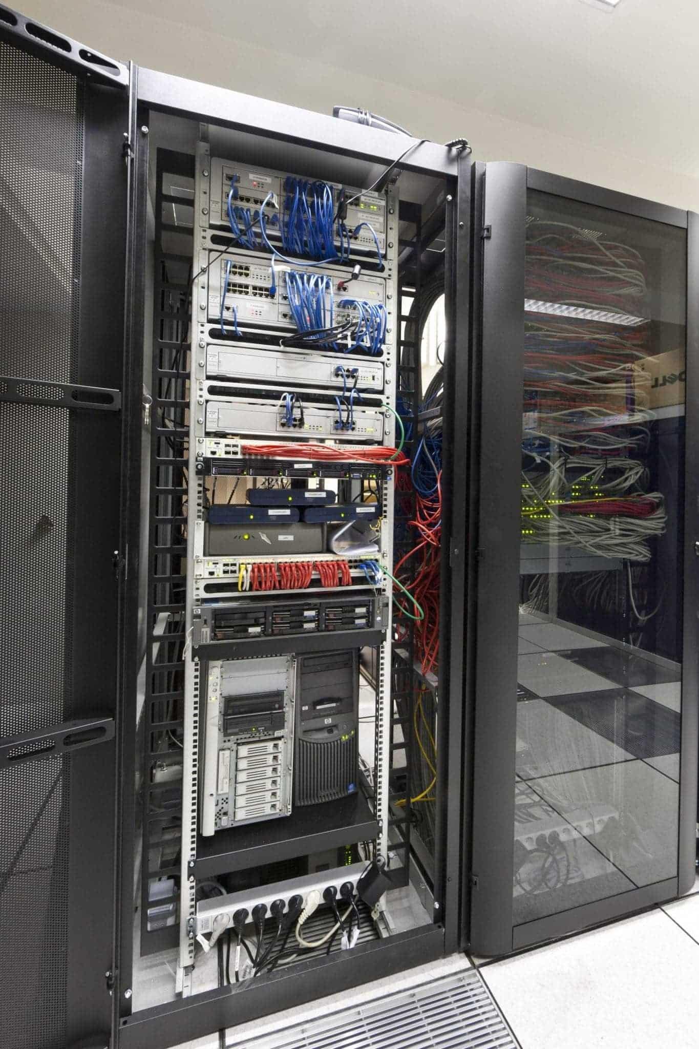 Une baie 42U serveurs dans une salle informatique - Boite d'ordinateur