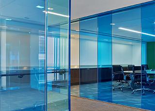 Cloison amovible en verre pour bureaux d'entreprise avec film décoratif